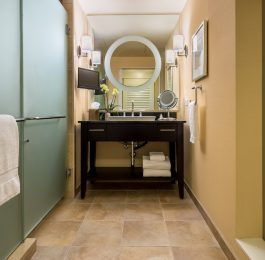 Wilshire King Deluxe Bathroom